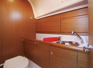 The heads on the Jeanneau Sun Odyssey 33i sailing yacht
