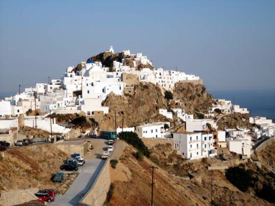 Sailing holiday locations in Greece: A view of the back of the chora, Nísos Sérifos