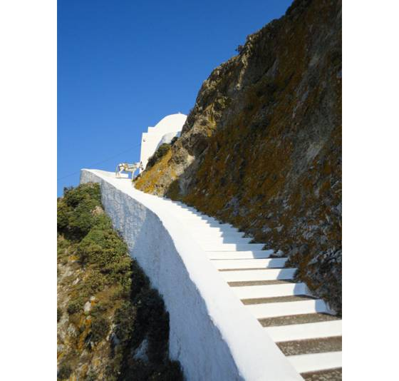 Sailing holiday locations in Greece: The final climb to the top of the chora, Nísos Sérifos